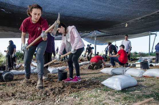 Boyer High School students participating in the archaeological excavation at Ramat Bet Shemesh. Photo: Israel Antiquities Authority